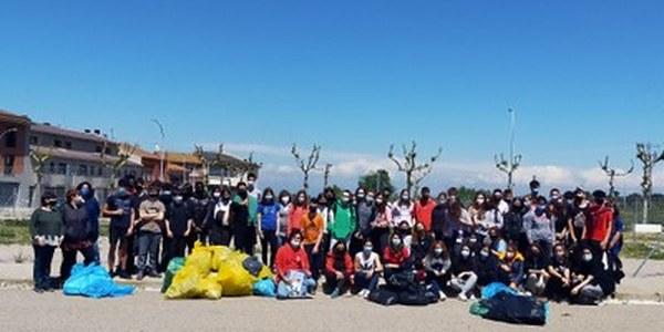 Alumnat del l'institut La Segarra recullen més de 140 kg de deixalles en una acció del Let's Clean Up Europe a Cervera