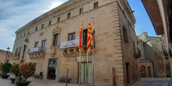 Banderes a mig pal per retre homenatge a Lluís Companys