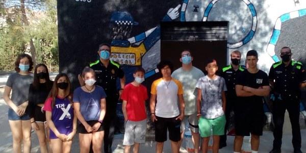 Els i les joves d'un Camp de treball pinten el circuit d'educació viària municipal.
