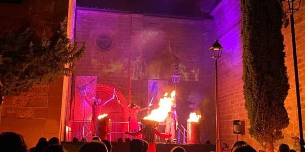 """Representació d'""""Inferno"""", d'Alea Teatre, a la plaça del Fossar."""