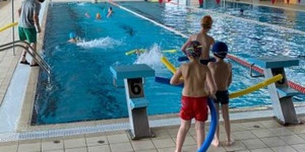 Cursets de natació escolar a la piscina coberta