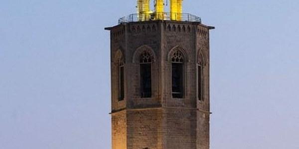 El campanar, amb llum groga per visibilitzar l'endometriosi